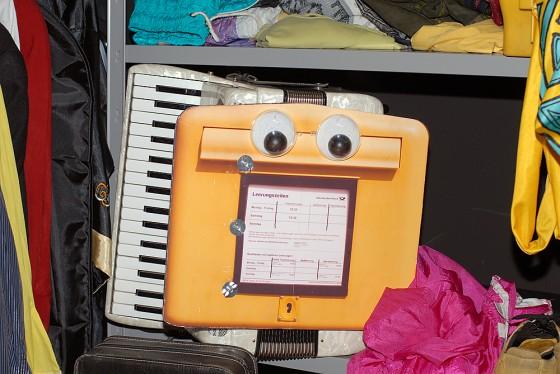 Stillleben mit Akkordeon, Briefkasten und Mannis Outfit