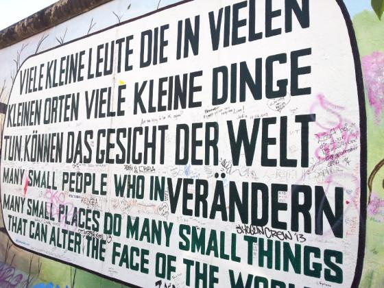 Irgendwie auch passen für uns: ein Spruch von der East Side Gallery, Berlin