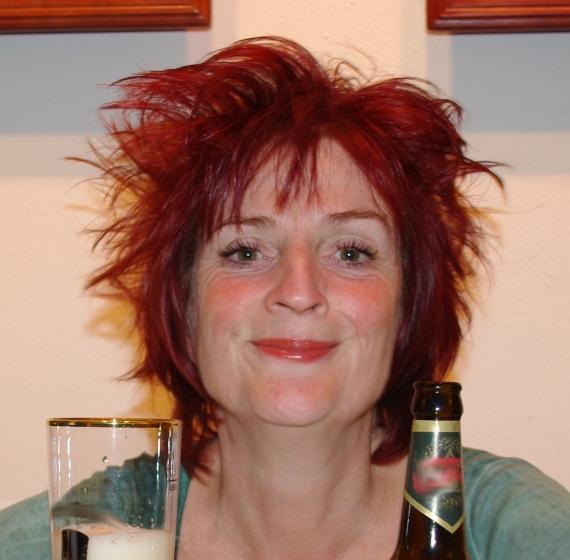 Uta Moni Serwuschok mit ihrem Lieblingsgetränk - Leipziger Gose